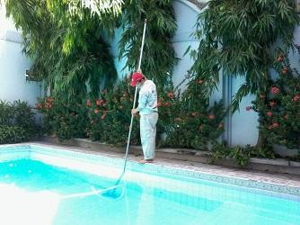 dịch vụ vệ sinh bể bơi giá rẻ